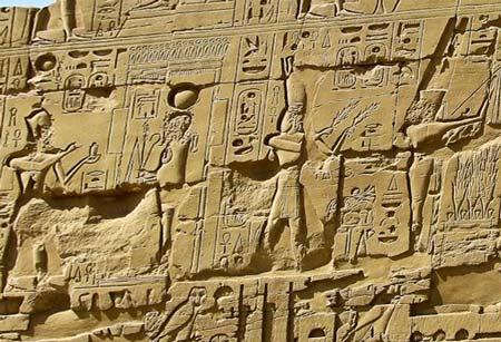 иероглифы на стенах в Карнаке